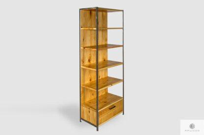Drewniany regał z półkami i szufladą do salonu